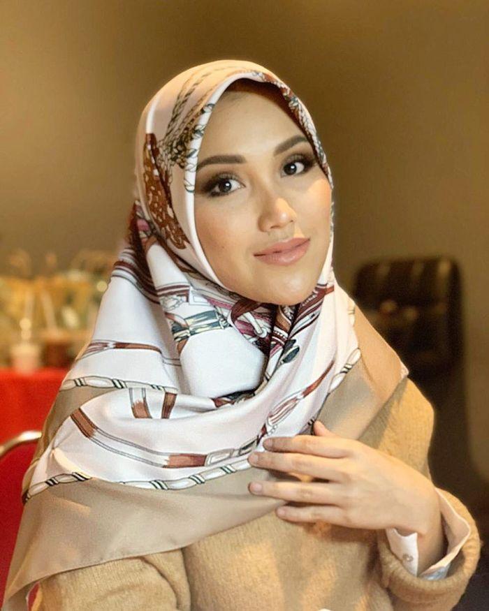 Penampilan Ayu Ting Ting pakai hijab lilit