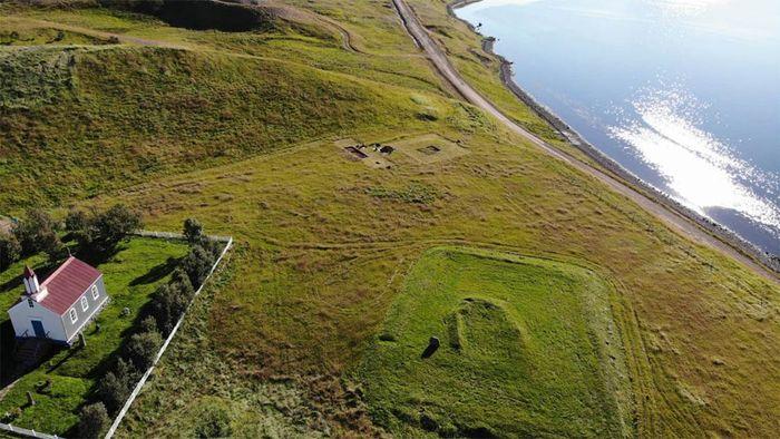 Situs arkeologi di Arnarfjörður diidentifikasi pada 2017 dengan ditemukannya tumpukan abu. Pada musim panas 2020, para arkeolog menggali pemukiman pertanian abad ke-10.