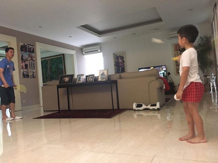 Ruang keluarga di rumah Taufik Hidayat