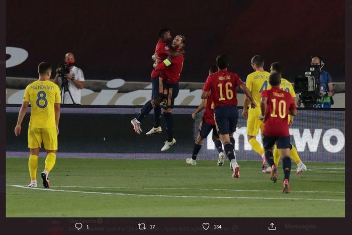 Sergio Ramos memeluk Ansu Fati usai mencetak gol timnas Spanyol ke gawang Ukraina di laga UEFA Nations League, 6 September 2020.