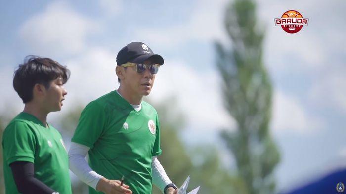 Shin Tae-yong bersama penerjemahnya, Jeje yang memberikan instruksi kepada pemain timnas U-19 Indonesia pasca-laga kontra Bulgaria, Sabtu (5/9/2020).