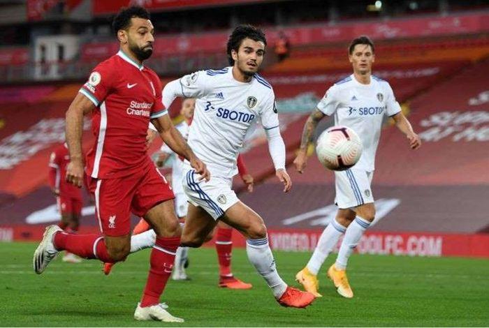 Pascal Struijk mengawal Mohamed Salah dalam laga Liverpool vs Leeds United, Sabtu (12/9/2020) di Anfield.