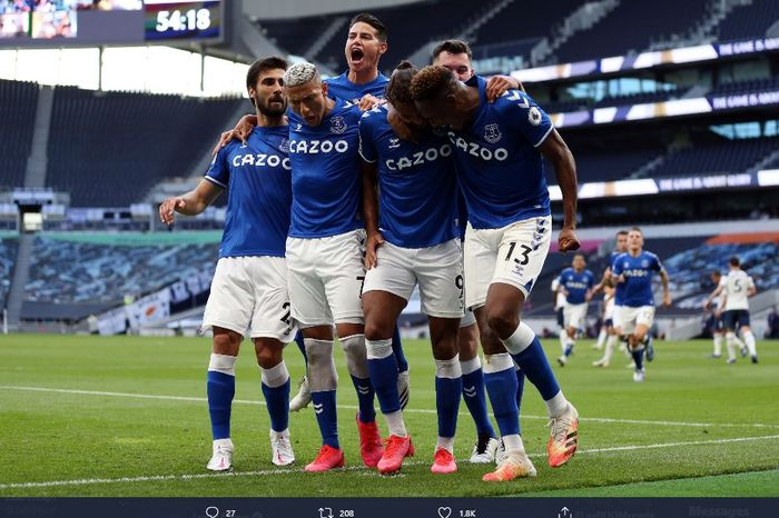 Para pemain Everton merayakan gol Dominic Calvert-Lewin ke gawang Tottenham Hotspur dalam laga pekan pertama Liga Inggris 2020-2021 di Tottenham Hotspur Stadium, Minggu (13/9/2020).
