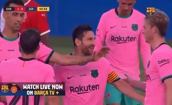 Kapten Barcelona, Lionel Messi, mencetak gol ke gawang Girona dalam laga persahabatan di Stadion Johan Cruyff, Rabu (16/9/2020).