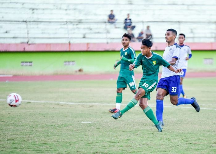 Akbar Firmansyah melakukan tendangan ke gawang Putra Sinar Giri yang berbuah gol kelima Persebaya pada laga uji coba Minggu (20/9/2020).