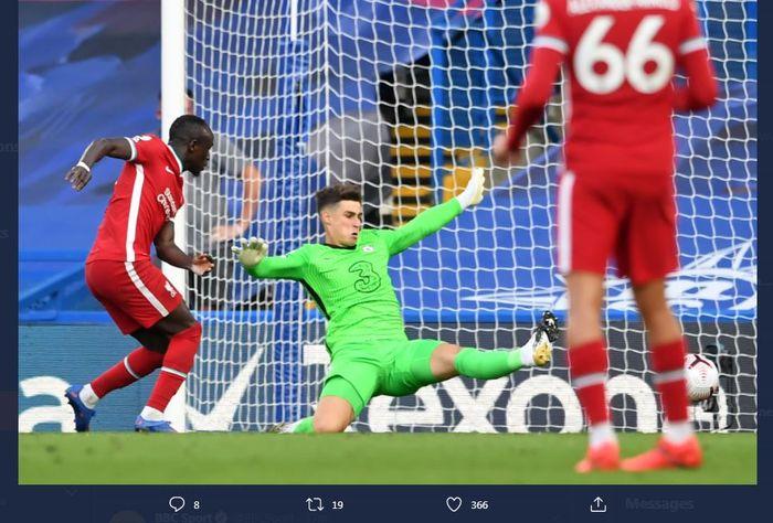 Sadio Mane cetak gol setelah memanfaatkan blunder Kepa dalam laga Chelsea vs Liverpool di Stamford Bridge, 20 September 2020.