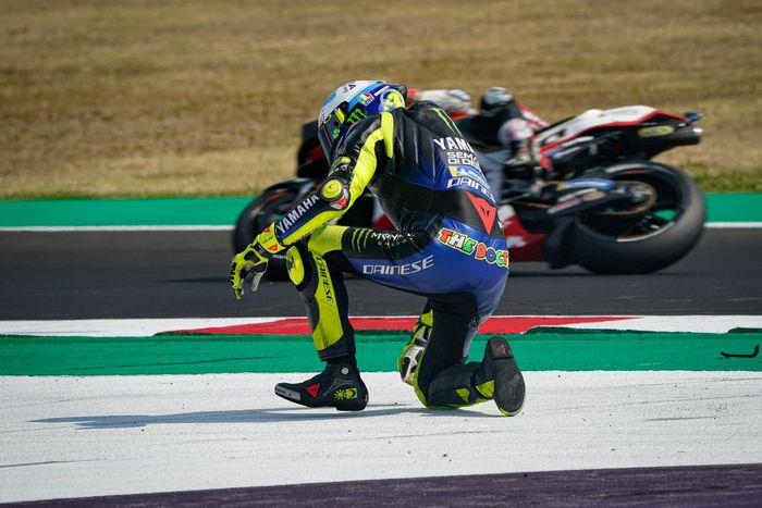Pembalap Monster Energy Yamaha, Valentino Rossi, terjatuh pada balapan MotoGP Emilia Romagna yang berlangsung di Sirkuit Misano, Italia, Minggu (20/9/2020).