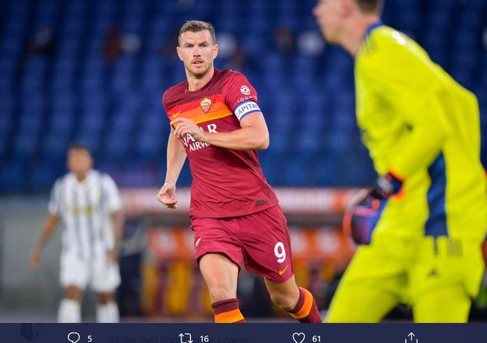 Striker AS Roma, Edin Dzeko, dalam laga melawan Juventus di Liga Italia, Minggu (27/9/2020) di Stadion Olimpico Roma.