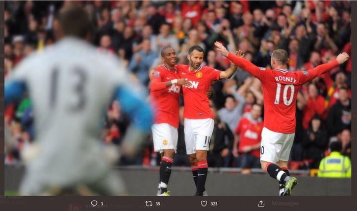Ashley Young, Ryan Giggs, dan Wayne Rooney merayakan gol Manchester United ke gawang Arsenal di Liga Inggris 2011-2012.