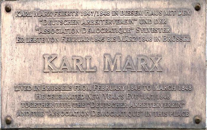 Plakat untuk mengenang Karl Marx, yang berada di restoran La Maison du Cygne, Brussel.