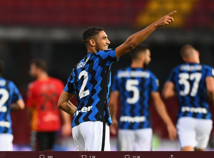 Bek kanan anyar Inter Milan, Achraf Hakimi, melakukan selebrasi usai mencetak gol perdananya kala timnya melawan Benevento pada laga tunda Liga Italia 2020-2021.