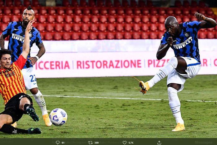 Romelu Lukaku mencetak gol ke gawang Benevento.