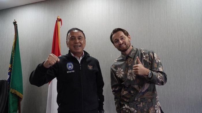 Ketua Umum PSSI, Mochamad Iriawan, bersama dengan pemain naturalisasi Persija Jakarta, Marc Klok, Senin (5/10/2020).