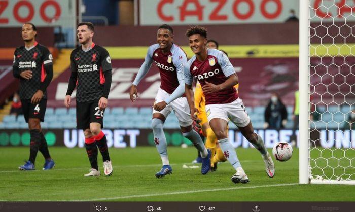 Andy Robertson dan Virgil van Dijk nampak lesu setelah gawang Liverpool dibobol oleh penyerang Aston Villa, Ollie Watkins.