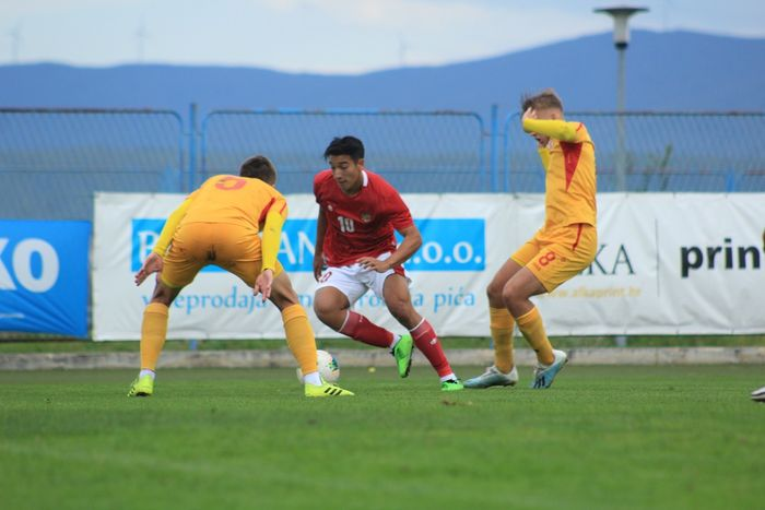 Pemain timnas U-19 Indonesia, Jack Brown, sedang beraksi melewati pengawalan pemain timnas U-19 Makedonia Utara, 11 Oktober 2020.