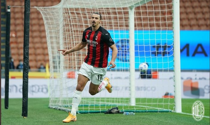 Striker AC Milan, Zlatan Ibrahimovic, melakukan selebrasi seusai menjebol gawang Inter Milan dalam laga Sabtu (17/10/2020).