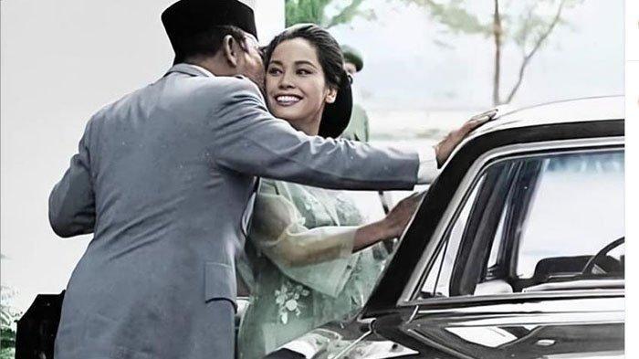 Potret Presiden Soekarno mencium pipi Ratna Sari Dewi