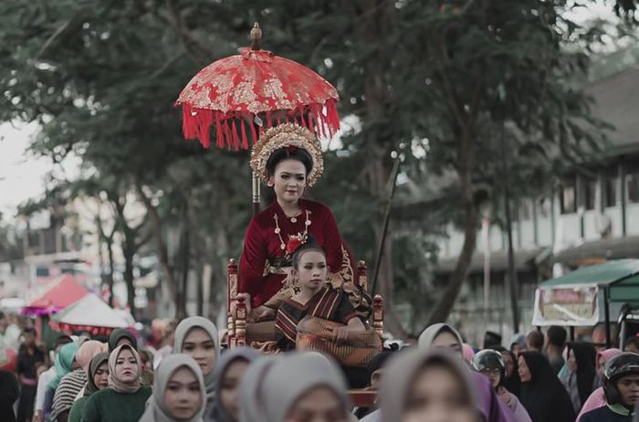 One of a series of mararik in the wedding tradition in the Sasak tribe.  The tradition of merari' begins with a proposal by the man to the woman at night.  The girl who was asked for was then taken away to be used as a wife.  In the modern era like today, the merari' culture is still sustainable.
