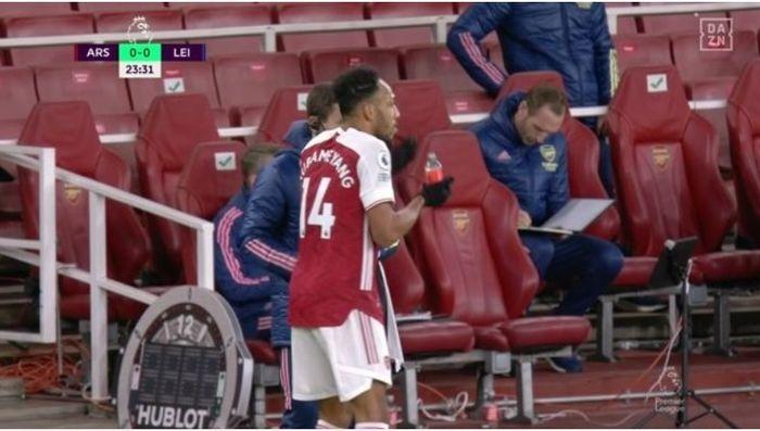 Kapten Arsenal, Pierre-Emerick Aubameyang, mengonsumsi obat di tengah laga melawan Leicester City pada matchday keenam Liga Inggris 2020-2021.
