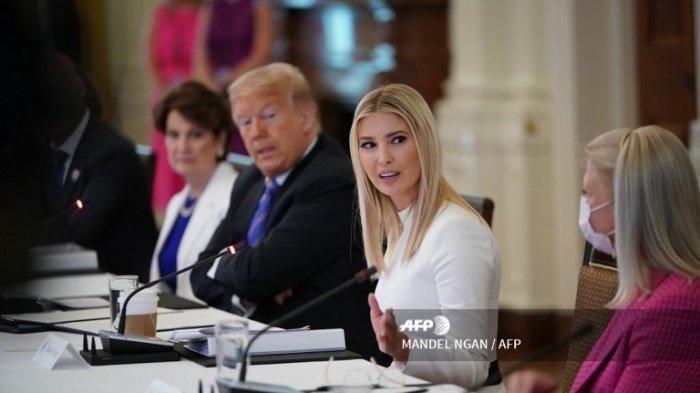 Presiden AS Donald Trump, putrinya dan penasihatnya Ivanka Trump (tengah) menghadiri pertemuan Dewan Penasihat Kebijakan Perburuhan Amerika di Ruang Timur Gedung Putih di Washington, D.C. pada 26 Juni 2020.