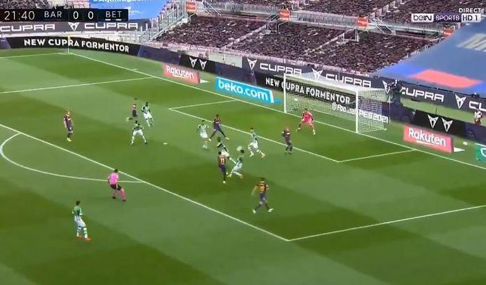 Penyerang Barcelona, Ousmane Dembele, mencetak gol dalam laga Liga Spanyol kontra Real Betis di Stadion Camp Nou, Sabtu (7/11/2020).