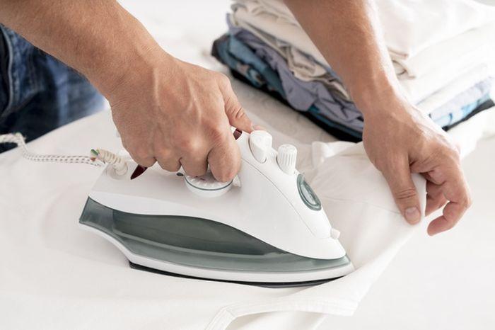 Menyetrika pakaian jadi lebih mudah jika kita mempraktikan lima tips mencuci pakaian ini.