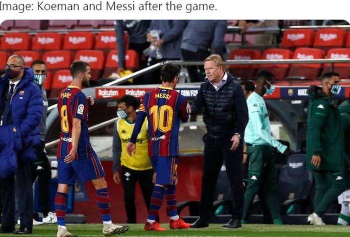 Kapten Barcelona, Lionel Messi, bersalaman dengan pelatih Ronald Koeman seusai laga Liga Spanyol kontra Real Betis di Stadion Camp Nou, Sabtu (7/11/2020).