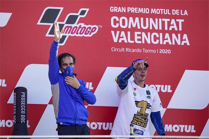 Manajer Tim Suzuki Ecstar, Davide Brivio (kiri), merayakan gelar juara dunia yang diraih pembalapnya, Joan Mir (kanan), setelah balapan MotoGP Valencia di Sirkuit Ricardo Tormo, Spanyol, 15 November 2020.