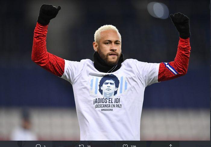 Neymar mengenakan kaus mengenang Diego Maradona dalam pemanasan sebelum laga PSG vs Bordeaux di Liga Prancis, Sabtu (28/11/2020) di Parc des Princes.