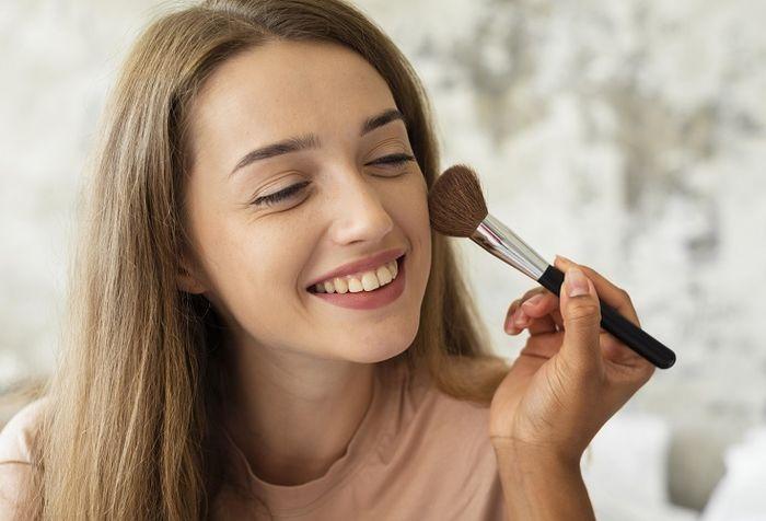 Menggunakan brush saat makeup