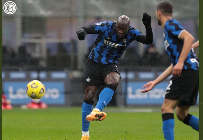 Penyerang Inter Milan, Romelu Lukaku, beraksi dalam laga Liga Italia kontra Bologna, 5 Desember 2020.