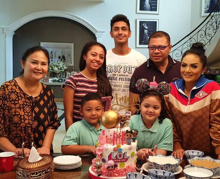 Krisdayanti dan keluarga
