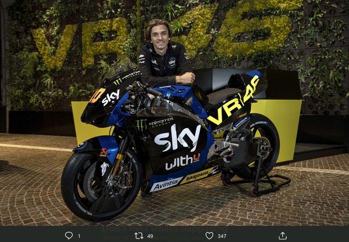 Luca Marini berpose bersama motor Ducati Desmosedici yang akan dikendarainya pada <a href='https://palu.tribunnews.com/tag/motogp' title='MotoGP'>MotoGP</a> 2021.
