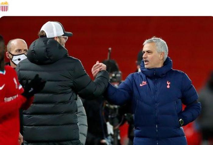 Pelatih Liverpool Jurgen Globe mengucapkan selamat kepada pelatih Tottenham Hotspur Jose Mourinho pada Rabu (16/12/2020) di Premier League di Stadion Anfield.