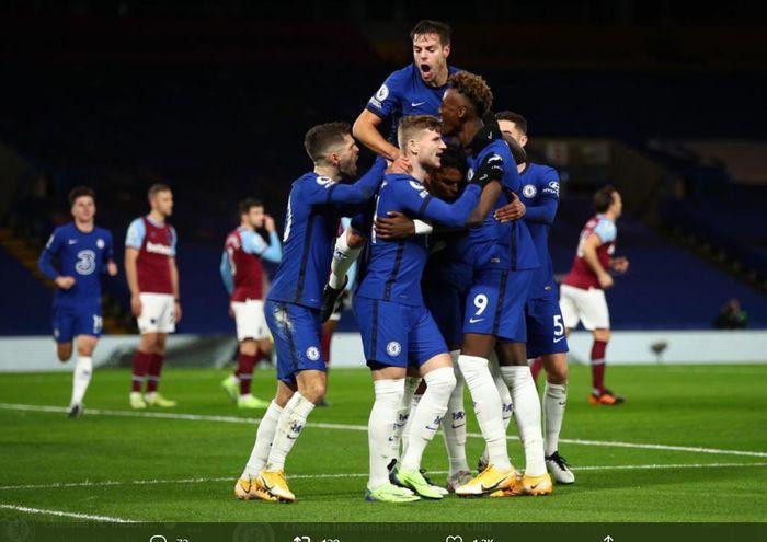 Para pemain Chelsea turut merayakan gol yang diciptakan Thiago Silva ke gawang West Ham United dalam kemenangan 3-0 di Stamford Bridge pada lanjutan laga Liga Inggris pekan ke-13, Senin (21/12/2020) atau Selasa dini hari WIB.