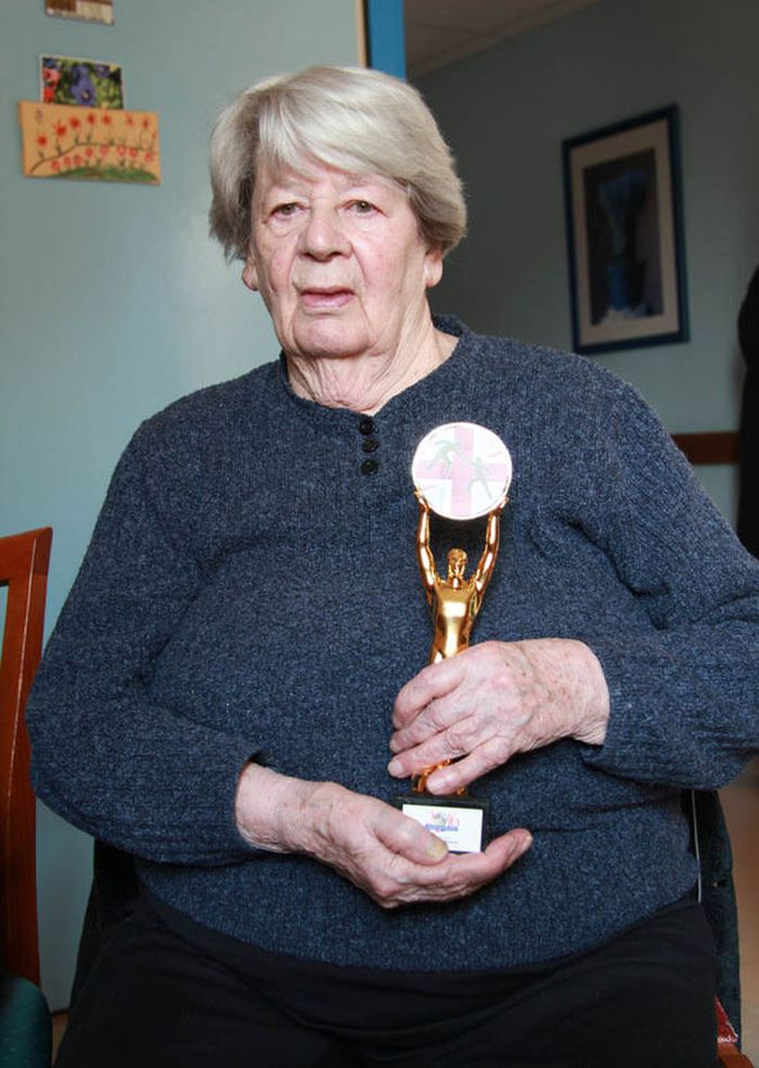 Simone mendapatkan penghargaan oleh badan amal militer Inggris bernama Soldiering On atas keberaniannya.