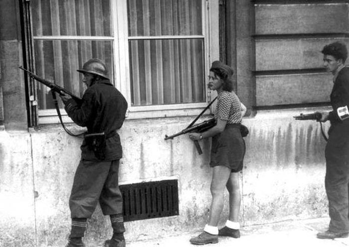 Simone berusia 18 tahun berlindung dengan pejuang perlawanan dari penembak jitu.