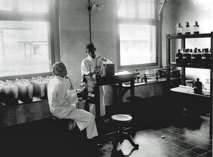 Proses produksi vaksin di Institut Pasteur, Bandoeng, tahun 1925.