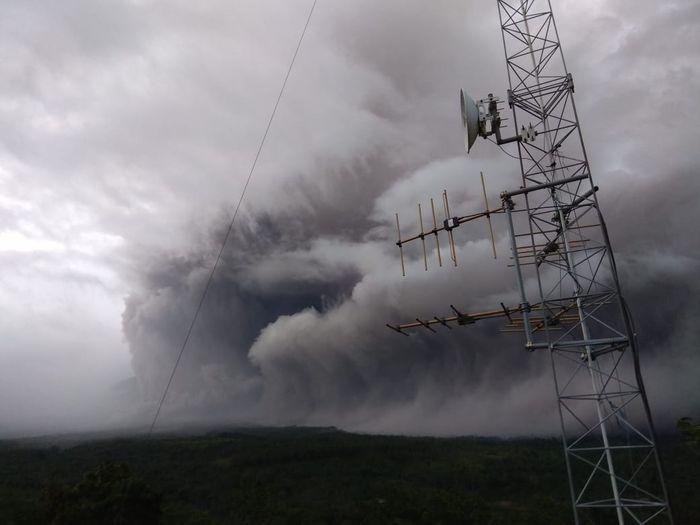 Gunung Semeru mengeluarkan awan panas guguran pada Sabtu (16/01)