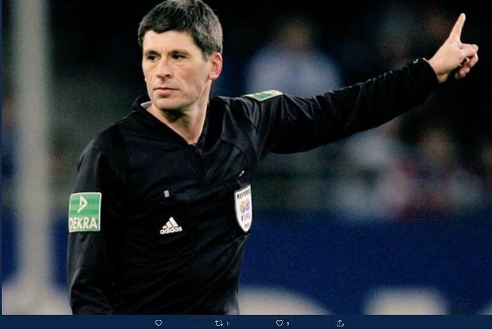 Markus Merk, wasit yang pernah mengusir Lionel Messi dengan kartu merah.