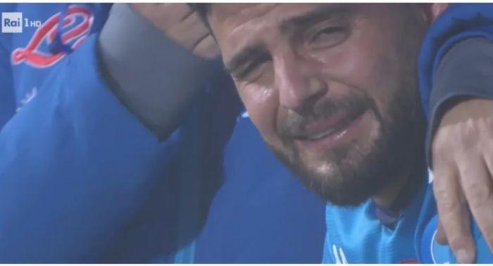 Kapten Napoli, Lorenzo Insigne, menangis setelah dikalahkan Juventus pada final Piala Super Italia, Rabu (20/1/2021).