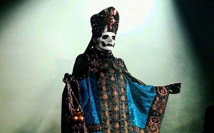Aparición de Papa Emeritus IV en un concierto de fantasmas en la Ciudad de México