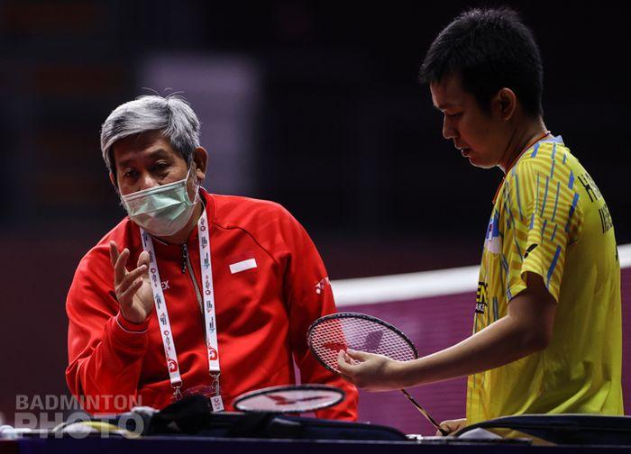 Herry IP (kiri) saat memberi arahan kepada anak asuhnya dalam ajang Toyota Thailand Open 2021.