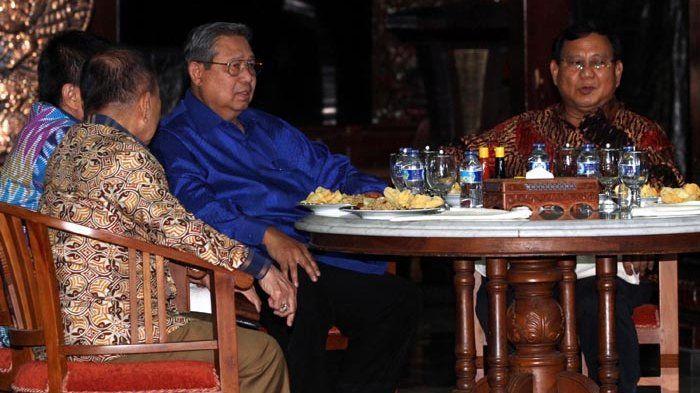 Ketua Umum Partai Demokrat Susilo Bambang Yudhoyono (kedua kanan) berbincang dengan Ketua Umum Partai Gerindra Prabowo Subianto (kanan), beserta petinggai Partai Demokrat dan Partai Gerindra lainnya, saat mengadakan pertemuan di Kediaman Susilo Bambang Yudhoyono di Cikeas, Bogor, Jawa Barat, Kamis (27/7/2017) malam.