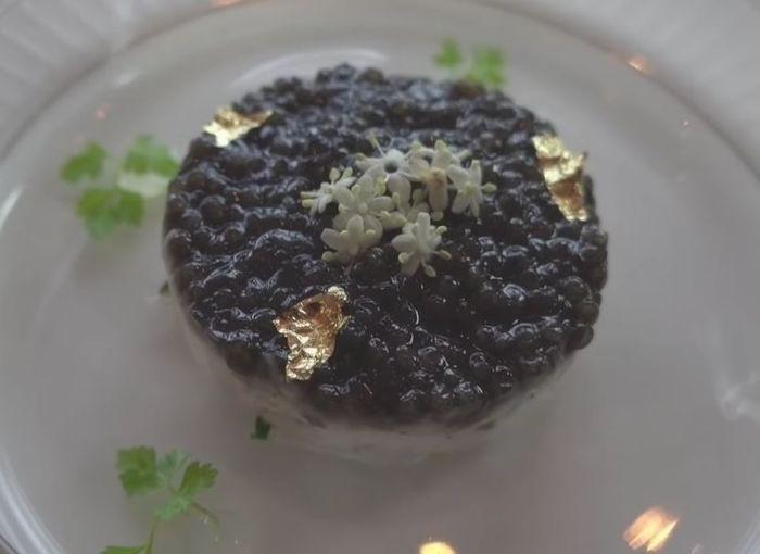 Makanan pembuka berbahan dasar kepiting dengan caviar dan taburan emas berbentuk daun sebagai toppingnya.