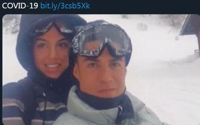 Cristiano Ronaldo dan Georgina Rodriguez saat mengendarai mobil salju.