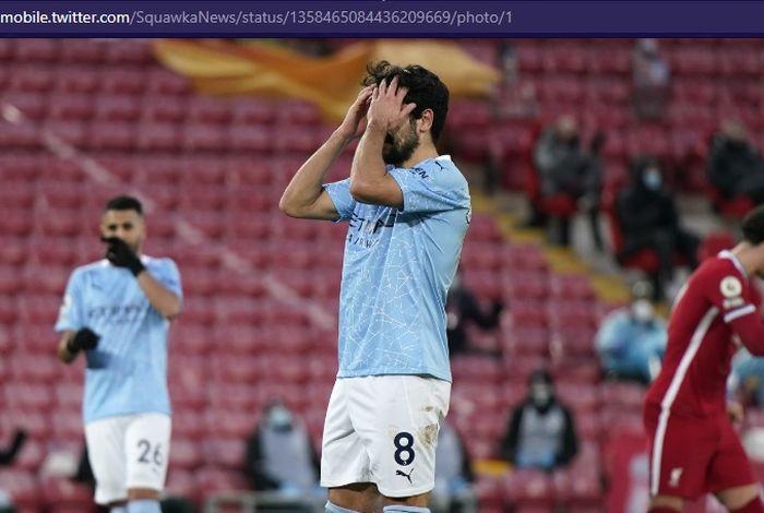 Gelandang Manchester City, Ilkay Guendogan, gagal mencetak gol ke gawang Liverpool via tendangan penalti dalam laga Liga Inggris di Stadion Etihad, Minggu (7/2/2021).