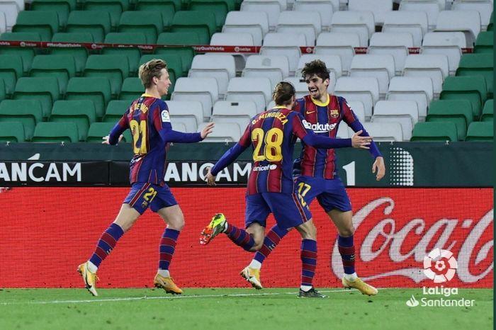 Francisco Trincao merayakan gol debutnya untuk Barcelona ke gawang Real Betis, Minggu (7/2/2021).