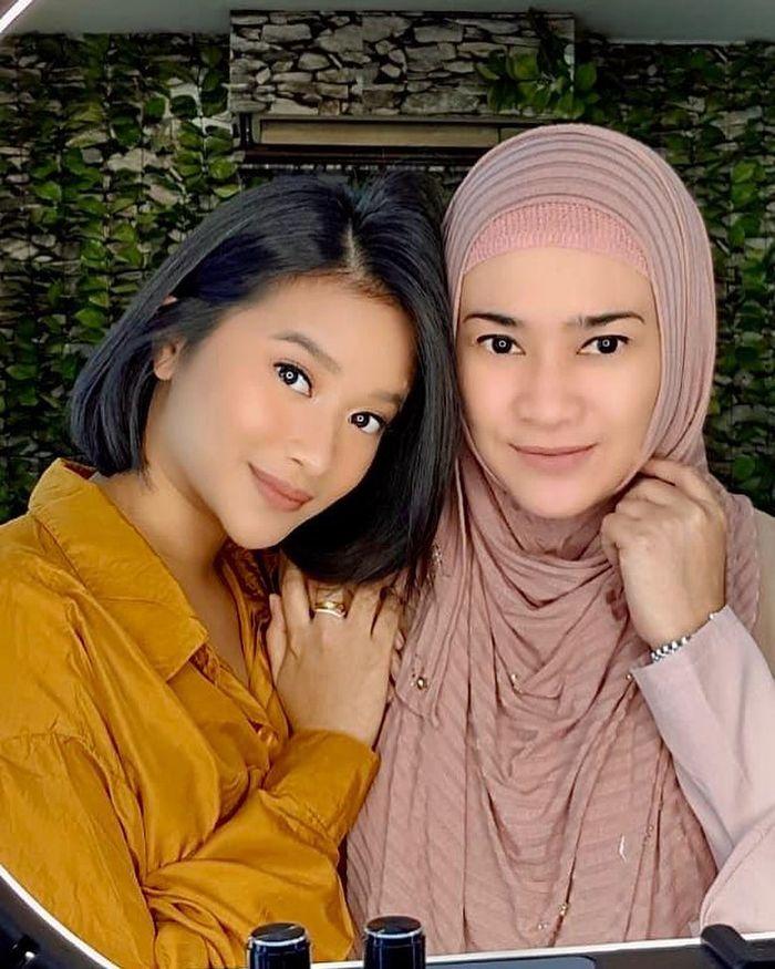 Ikke Nurjanah dan putri tunggalnya, Siti Adira Kania
