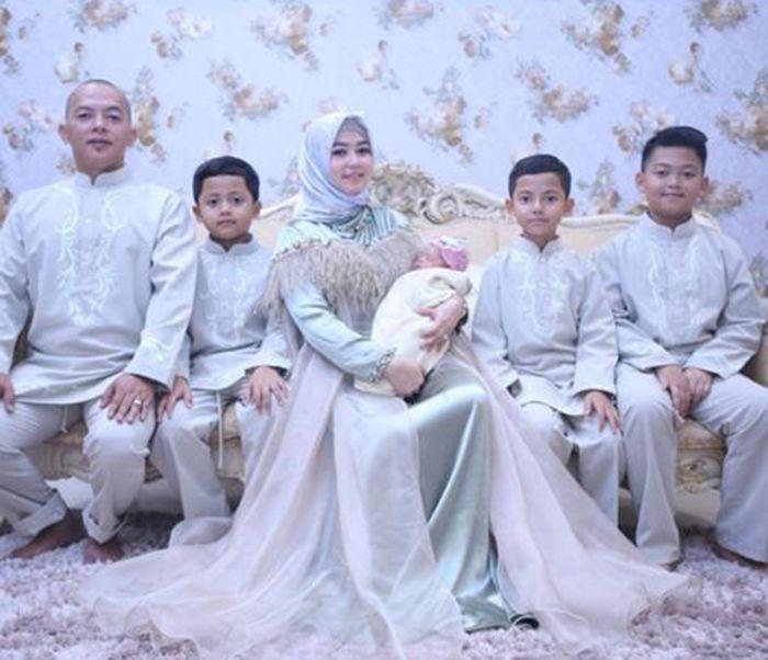 Lala Nurlela, kakak ipar Syahrini dan suami dan anaknya